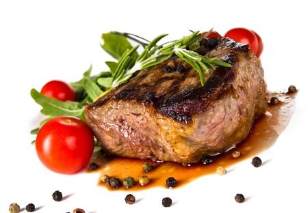 carne asada: Beef medio bistec a la parrilla, aislados en fondo blanco