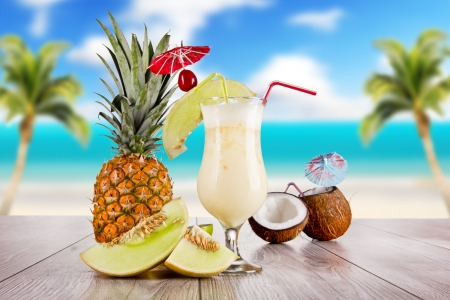夏の飲み物とぼかしの背景にビーチ