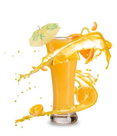 verre de jus d orange: Frais cocktail orange avec éclaboussures de jus, isolé sur fond blanc