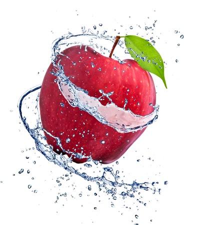 manzana agua: Manzana roja con el chapoteo del agua, sobre fondo blanco