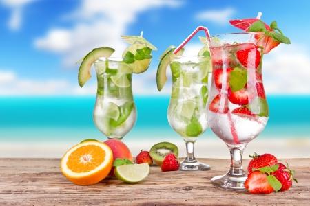 Mojitos bebidas con desenfoque de la playa en el fondo Foto de archivo