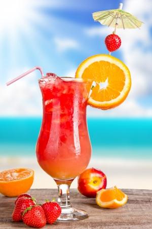 nue plage: Cocktail d'été avec le flou de la plage sur fond