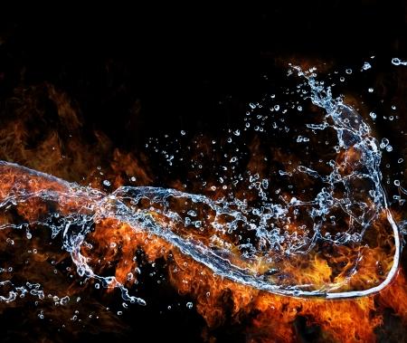 palla di fuoco: Acqua e fuoco il collegamento, rappresentazione degli elementi. Isolato su sfondo nero Archivio Fotografico