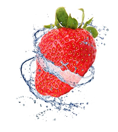 jugos: Fresa en chapoteo del agua, aisladas sobre fondo blanco Foto de archivo