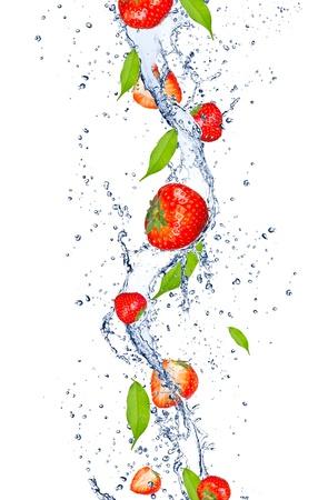 물 얼룩에 떨어지는 신선한 딸기, 흰색 배경에 고립