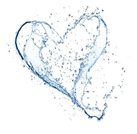 forme: Symbole de coeur effectué des projections d'eau, isolé sur backgound blanc