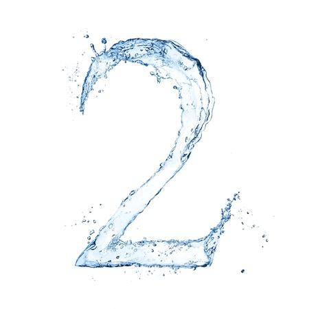 """水: 水濺起數字""""2""""隔絕在白色背景"""