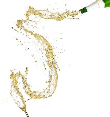botella champagne: Verter en el vaso de champán. Aislado sobre fondo blanco Foto de archivo