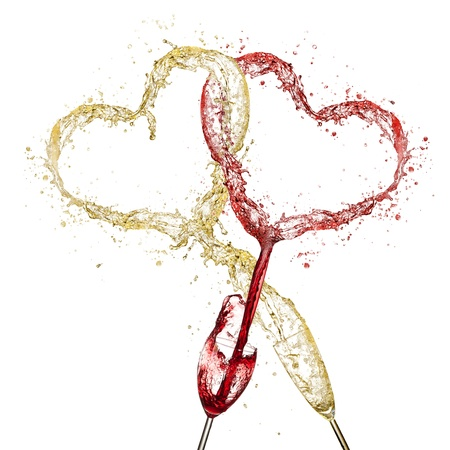 sexualidad: Dos símbolos de corazones mezclando Concepto de vino tinto y blanco aislado en fondo blanco