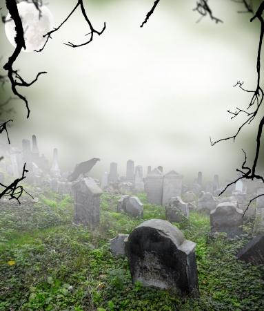 cementerios: Antiguo cementerio en ruinas en la niebla misterio