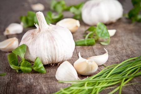 cebollines: Ajo fresco sobre la mesa de madera