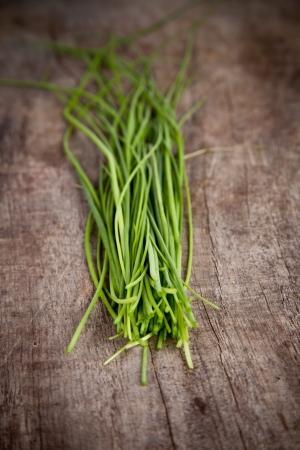 potherbs: Perejil fresco en la mesa de madera