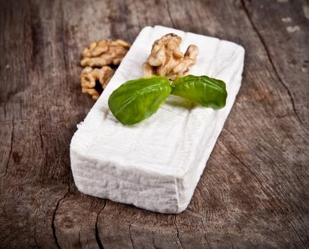 queso de cabra: Queso de cabra blanca con podredumbre noble en la mesa de madera