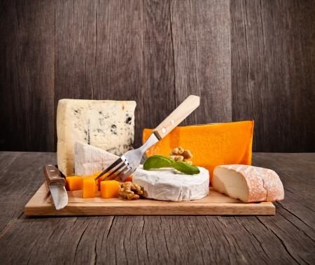 queso: Deliciosos quesos franceses frescos servidos en la mesa de madera