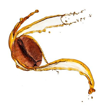 Koffieboon in splash, geïsoleerd op witte achtergrond