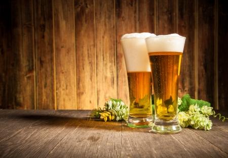 bier glazen: Glas bier op houten tafel