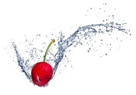 fr�chte in wasser: Cherry in Spritzwasser, isoliert auf wei�em Hintergrund