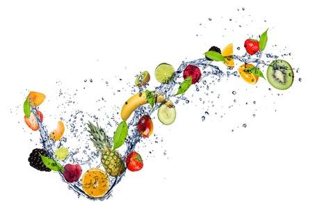 manzana agua: Mezcla de frutas en el chapoteo del agua, aisladas sobre fondo blanco