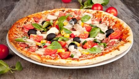 맛있는 이탈리아 피자는 나무 테이블에 제공 스톡 콘텐츠