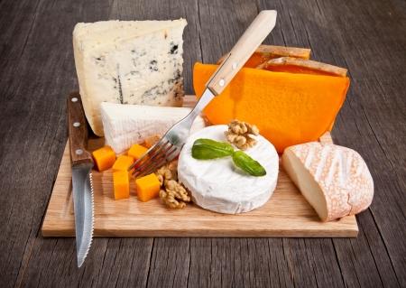queso de cabra: Deliciosos quesos franceses frescos servidos en la mesa de madera