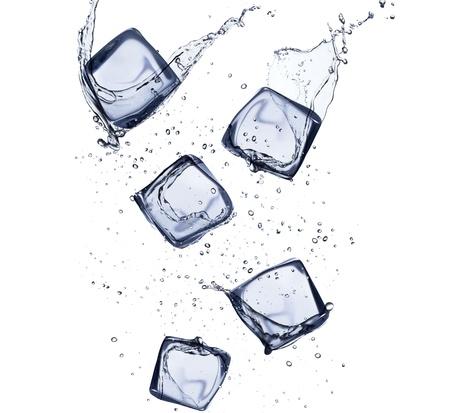 cubos de hielo: Colecci�n de cubos de hielo con el chapoteo del agua, aisladas sobre fondo blanco