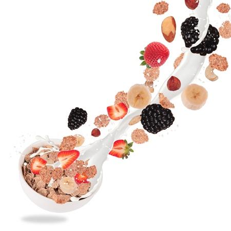 comiendo cereal: Healthy taz�n con cereales y fruta volando, aislado en fondo blanco