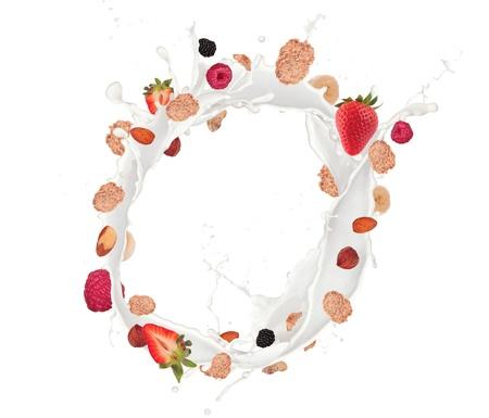 barra de cereal: La comida sana y la leche con cereales y fruta volando, aislado en fondo blanco