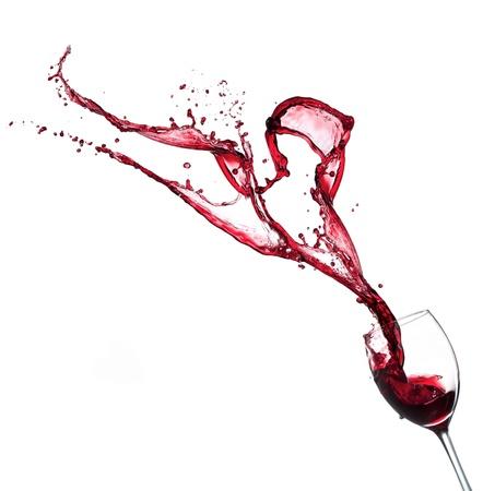 wine pouring: Il vino rosso schizzi in vetro, isolato su sfondo bianco