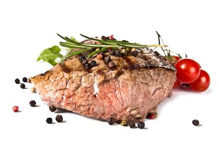Beef medio bistec a la parrilla, aislados en fondo blanco
