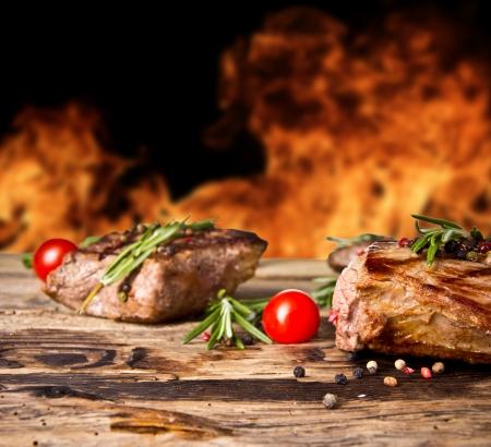배경에 불길 구운 쇠고기 스테이크