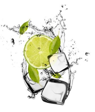 cubetti di ghiaccio: Lime con cubetti di ghiaccio, isolato su sfondo bianco