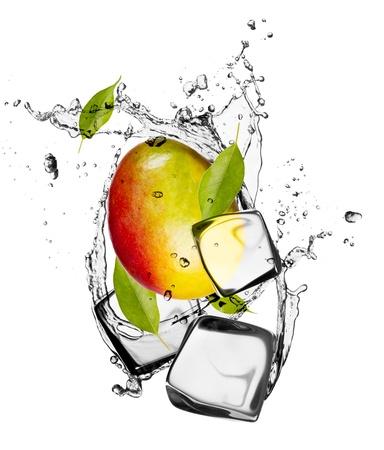 mango: Mango z kostkami lodu, samodzielnie na biaÅ'ym tle Zdjęcie Seryjne