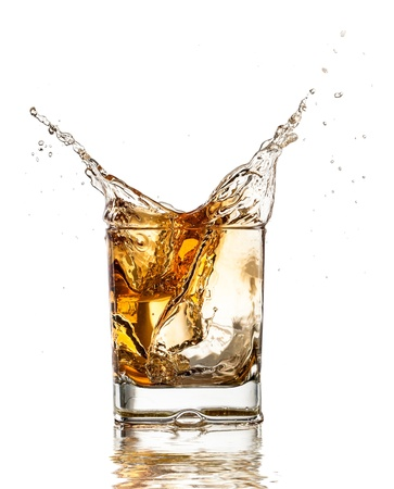 whisky: verre de whisky avec splash, isolé sur fond blanc