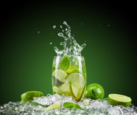 coctel de frutas: Mojito bebida con salpicaduras Foto de archivo