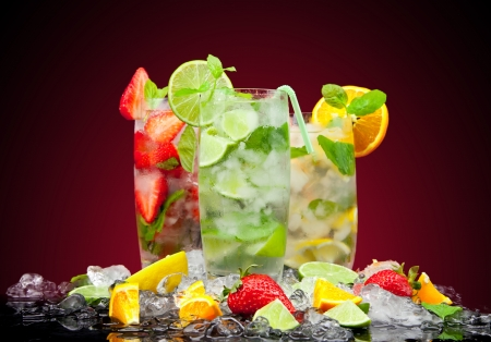 cocktail de fruits: cocktail de fruits avec un fond sombre