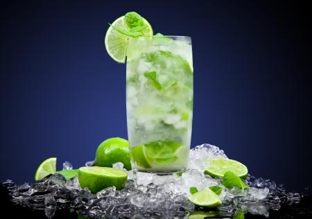 cocktail fruit: C�ctel de frutas con fondo oscuro