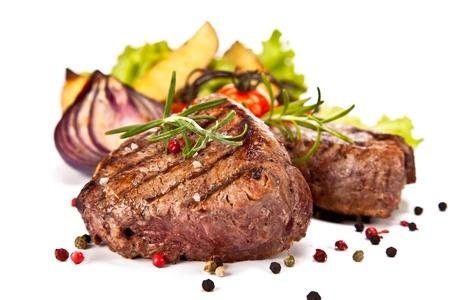 흰색 배경에 고립 된 맛있는 쇠고기 스테이크