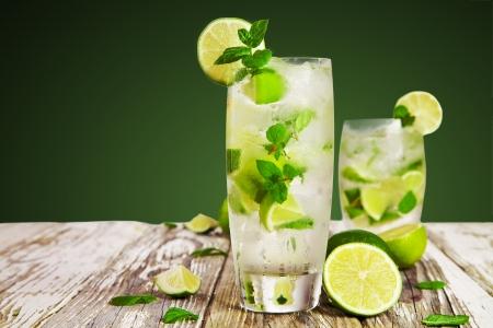 Bebida fresca mojito en la mesa de madera