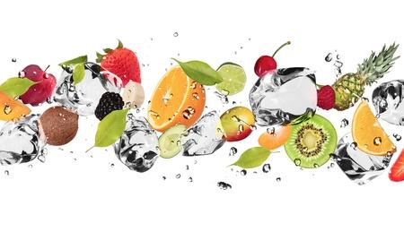 fr�chte in wasser: St�ck Obst mit Eisw�rfeln, isoliert auf wei�em Hintergrund