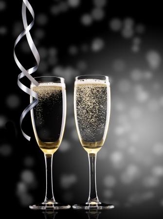brindisi spumante: Bicchieri di champagne con nastri Archivio Fotografico