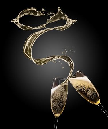 Verres de champagne avec splash, isolé sur noir