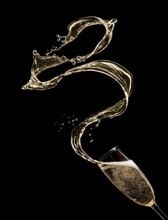 coupe de champagne: Verre de champagne avec splash, isol� sur noir