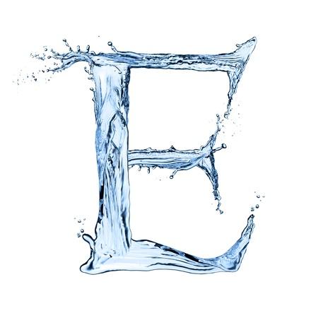 水の飛散手紙「E」黒の背景上に分離されて 写真素材