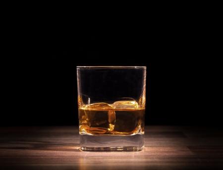 木製のテーブルにウイスキー飲み 写真素材