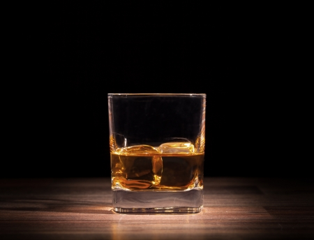 Whiskey drink on wooden table Imagens