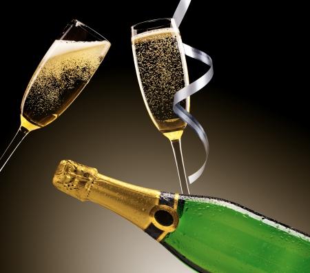 bouteille champagne: Verres de champagne avec des rubans