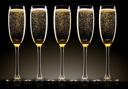 brindisi champagne: Bicchieri di champagne con nastri Archivio Fotografico