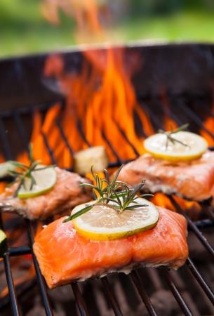 Gegrilde zalm steaks op brand Stockfoto