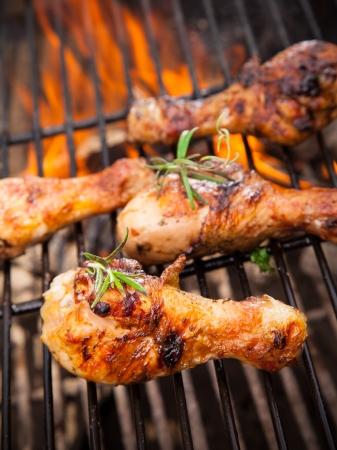 barbecue: Cuisses de poulet grill�es sur le feu