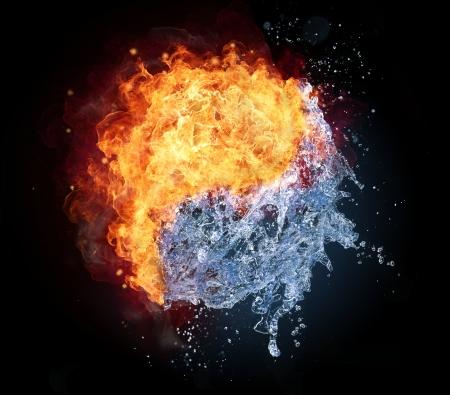 Yin Yang symbool gemaakt van water en vuur, geïsoleerd op zwarte achtergrond Stockfoto